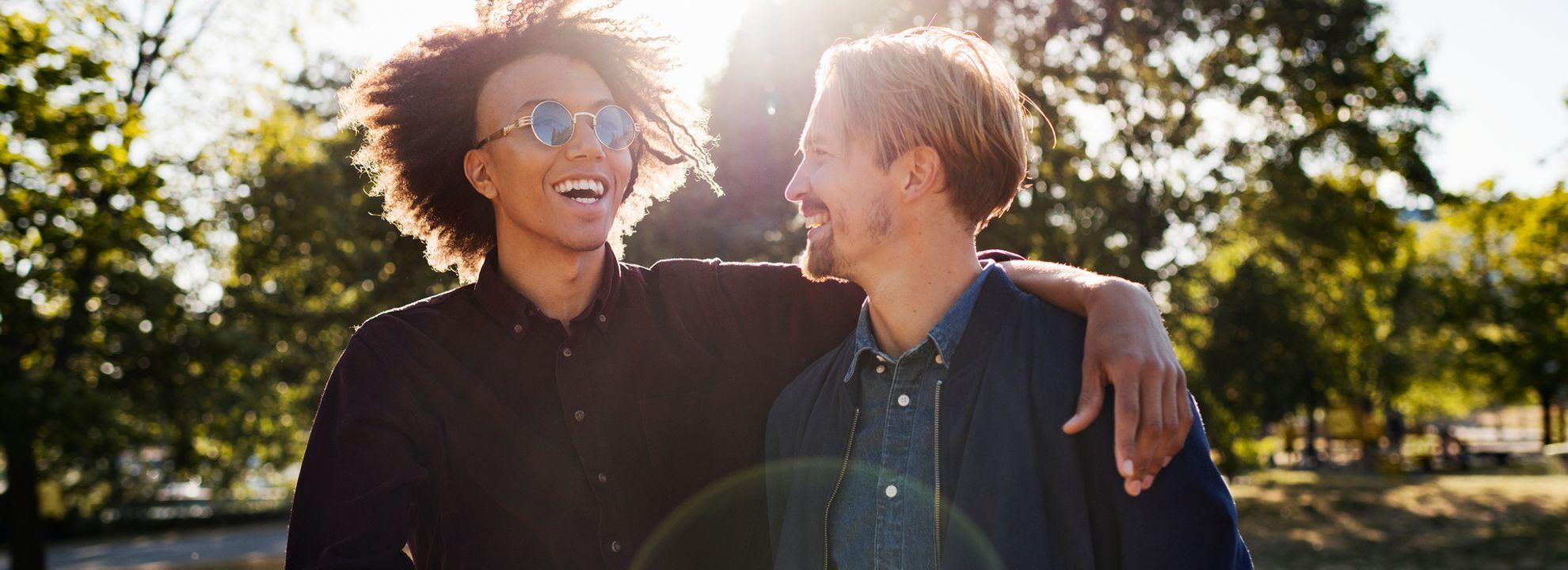 to smilende menn i en park